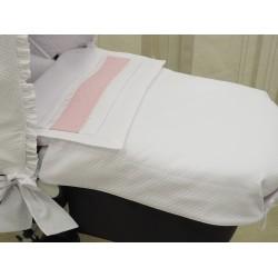Capazo con colcha piqué blanco/plumetti rosa